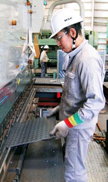 縞鋼板の小さな模様が暮らしの大きな安全を支えます。